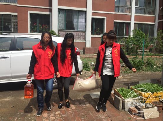 矿泉社区志愿者母亲节走访慰问失独母亲